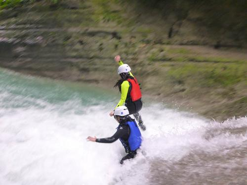 couple-jumping-in-canyoning-800x600